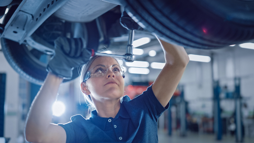 Image of mechanic for our ranking of top auto mechanic certificate